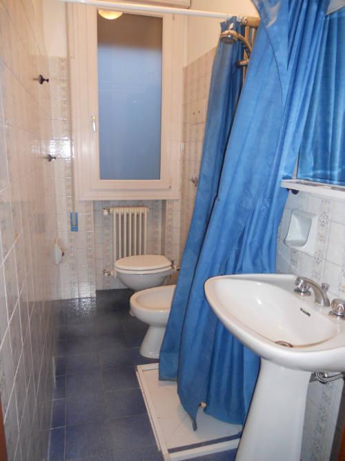 5 semplici trucchi per ristrutturare un bagno stretto e lungo
