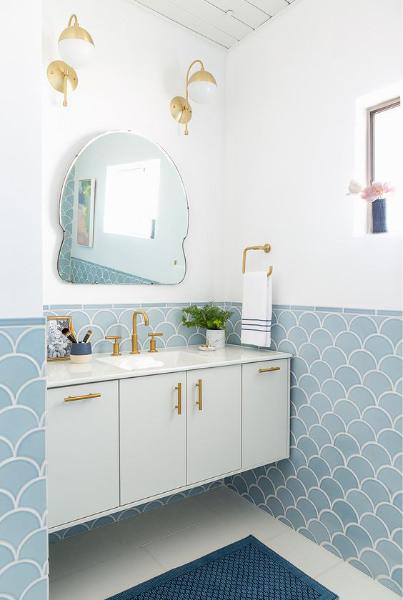 Come arredare un bagno piccolo 17 idee favolose - Altezza mattonelle bagno ...