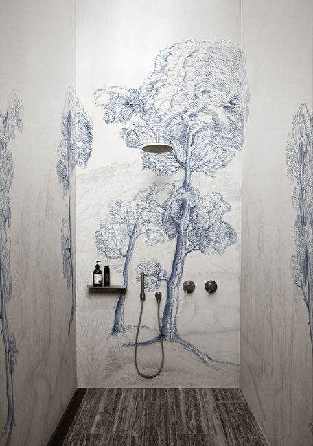 Carta da parati in bagno 5 motivi per installarla senza for Portasalviette di carta da bagno