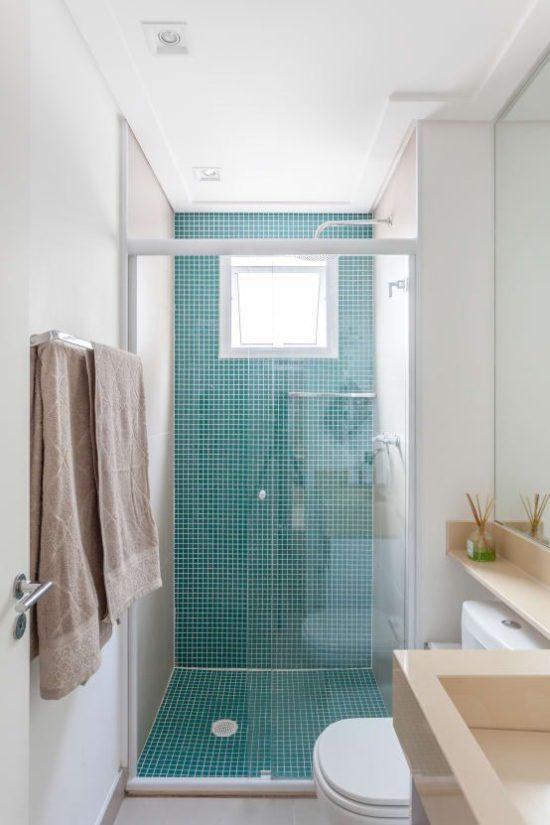 bagno-stretto-e-lungo-con-finestra-in-fondo