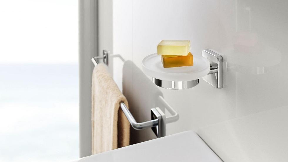 Accessori bagno adesivi: arreda e decora senza forare le