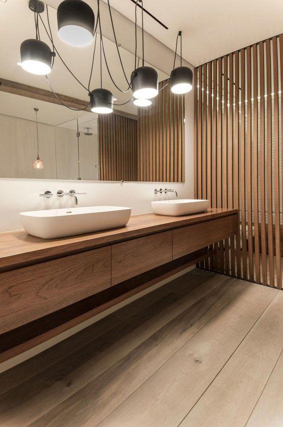 Bagno con pavimento in legno chiaro