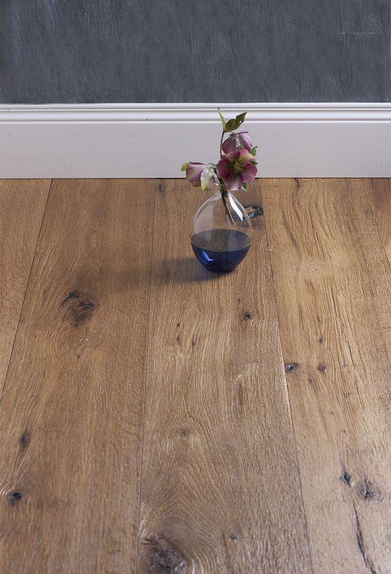pavimento in legno scuro