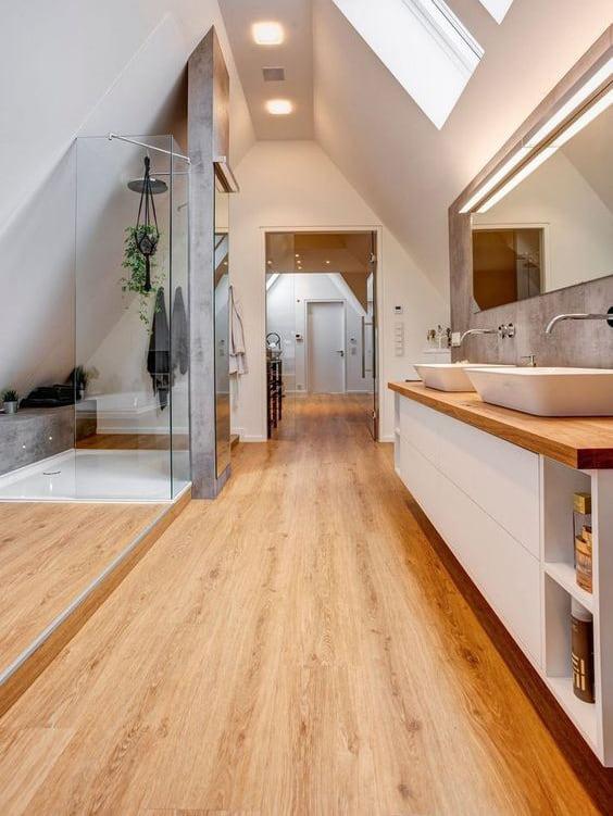 Stanza da bagno con parquet
