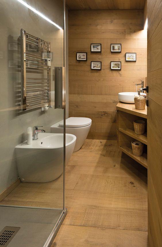 Bagno con pavimento in legno verniciato