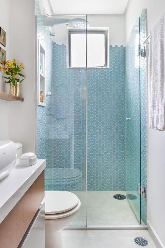 Bagno orizzontale con mosaico in doccia