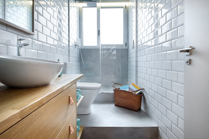 Bagno con doccia e finestra in fondo