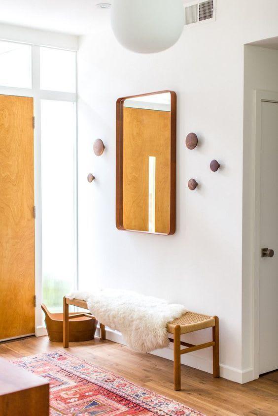 Ingresso di casa con specchio su parete laterale