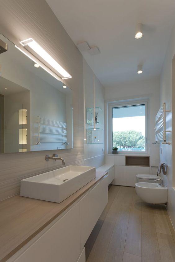 Stanza da bagno lunga con parquet