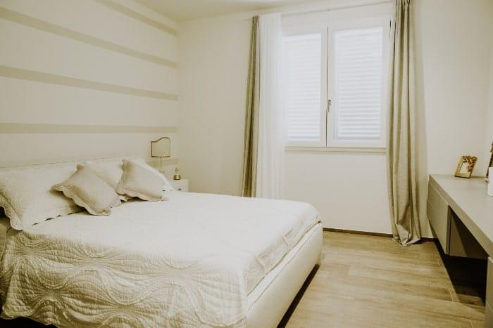 Camera da letto con infissi in legno alluminio