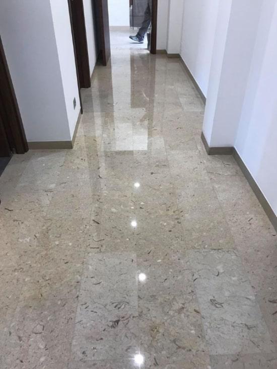 Pavimento in marmo chiaro