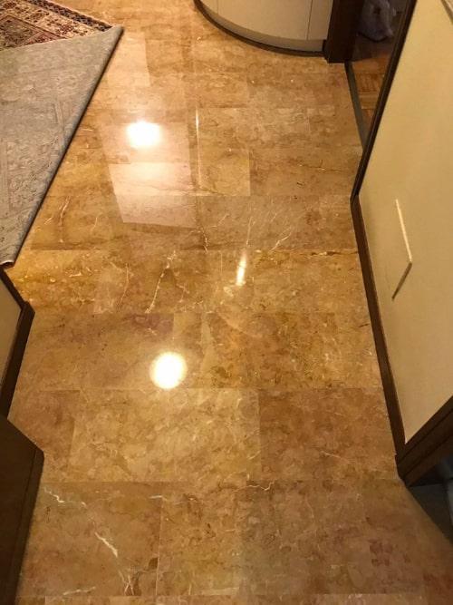 Pavimento in marmo levigato al diamante