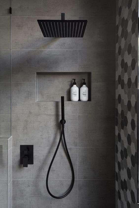 Interno doccia grigio con nicchia portaoggetti