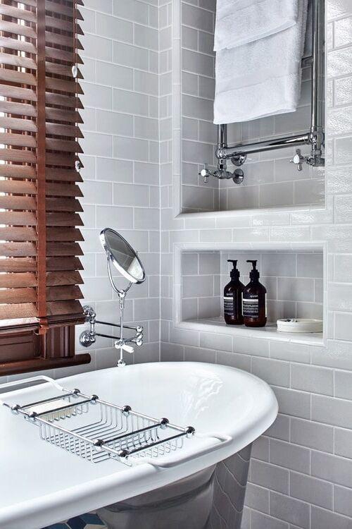 Vasca da bagno e nicchie nel muro