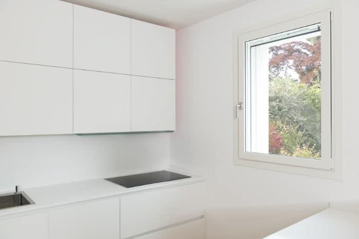 Cucina con serramento in legno alluminio