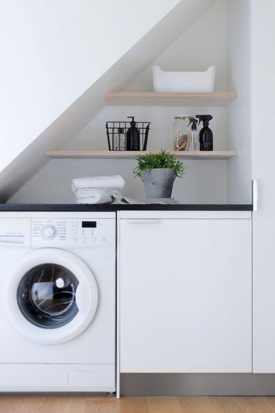 Angolo lavanderia sotto la scala