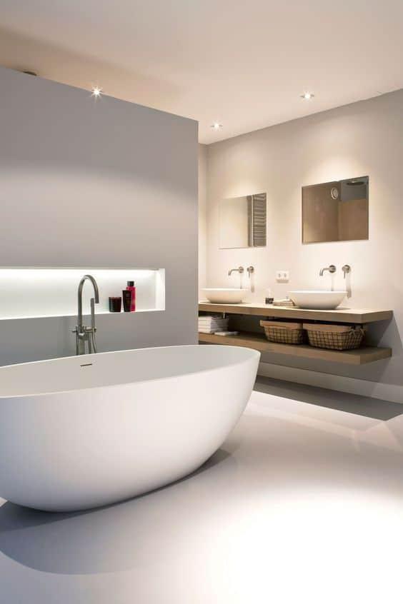 bagno con vasca libera accanto a muro