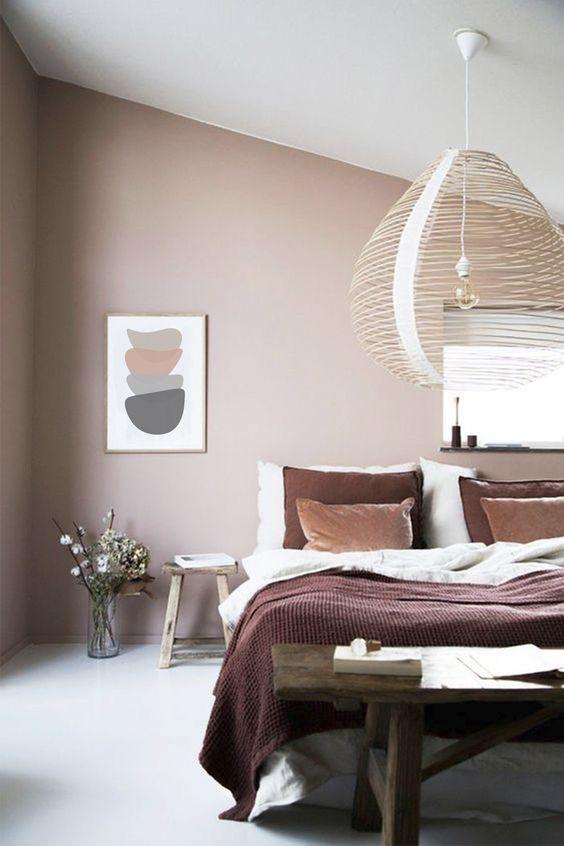 camera da letto con parete colorata