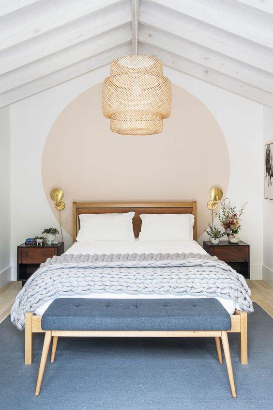 cerchio dipinto dietro il letto