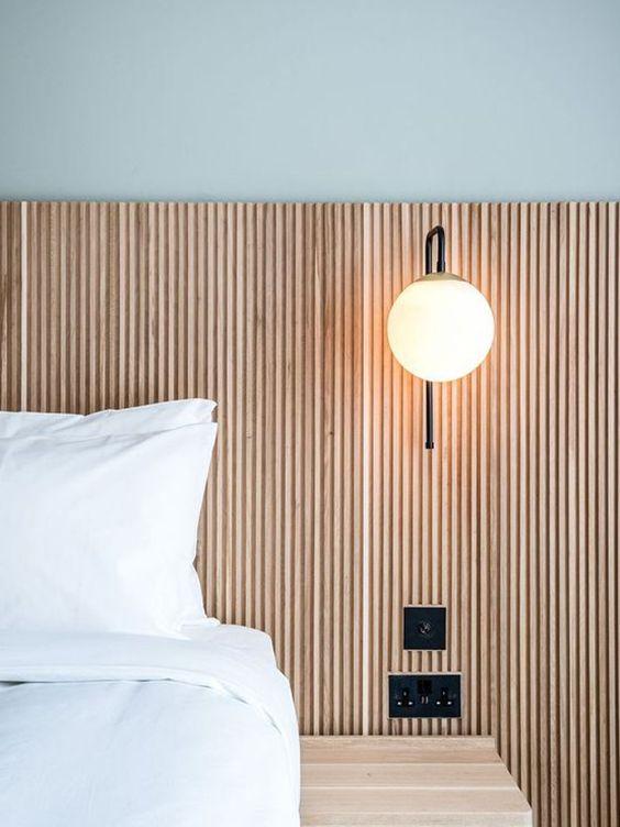 parete dietro il letto in legno