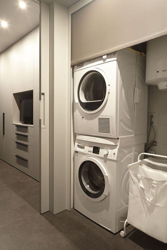 angolo lavanderia con lavatrice e asciugatrice
