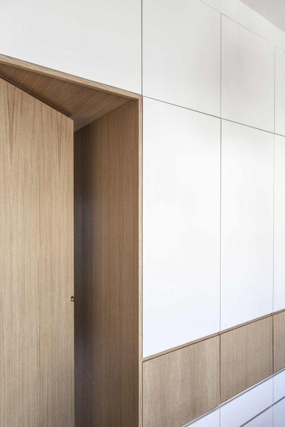 armadio ripostiglio in legno